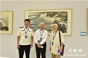 郭文伟、宋明远先生与主办单位代表在《时代心声》前合影
