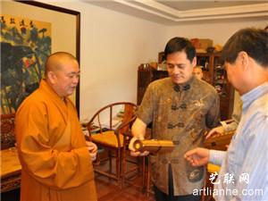 少林寺方丈释永信(左)与何旺智(中)、何春亮(右)在一起。
