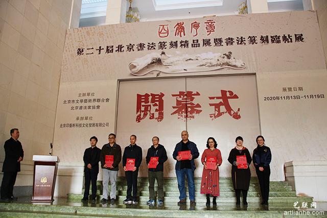6领导和嘉宾为获得二等奖的作者代表颁发证书.JPG